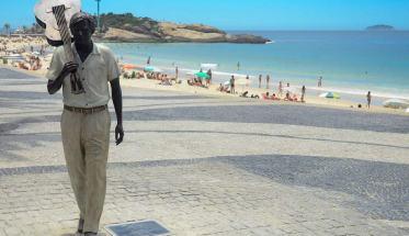 Statua in omaggio a Tom Jobim sulla spiaggia di Ipanema a 20 anni dalla morte