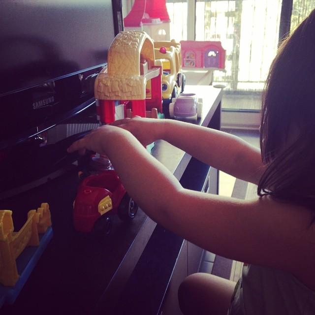 Une petite fille qui joue seule...