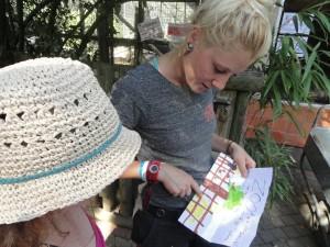 Morgane a fait un dessin qu'elle a donné à Charlotte et cette dernière lui a promis de l'accrocher sur son Casier.