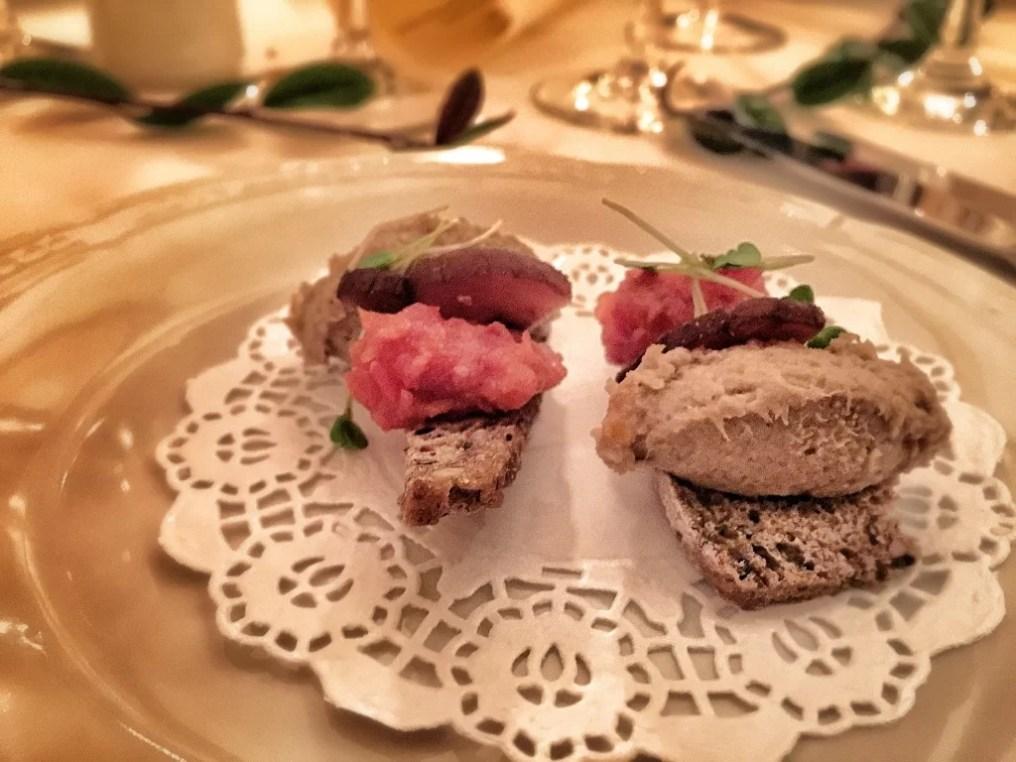 Paté de ciervo, tomates confitados y tostada