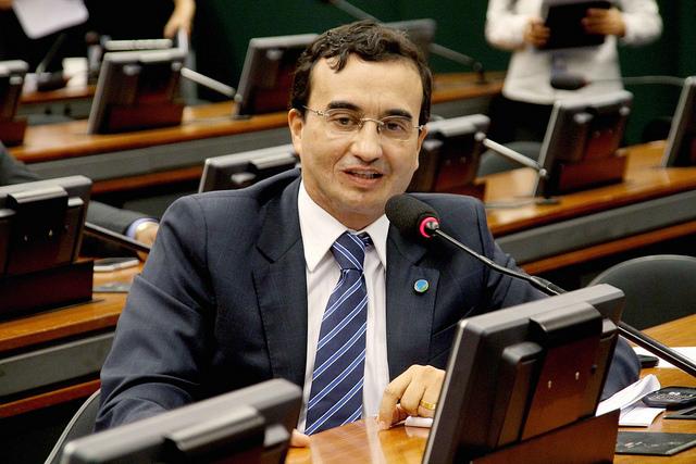 Na tribuna, deputado diz que governo paga até R$ 1 milhão para parlamentares se ausentarem da sessão de domingo