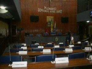 Vergonha: Após abertura dos trabalhos, deputados e vereadores entram em recesso