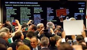 Comissão da Câmara aprova processo de impeachment de Dilma