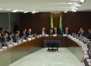 Opinião: Em reunião com governadores, Temer marca golaço no jogo pela permanência do poder