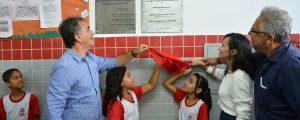 Prefeito entrega escola completamente revitalizada no Costa e Silva
