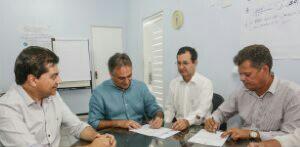 Luciano Cartaxo assina Ordem de Serviço para construção das 16 novas USFs