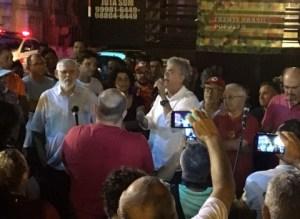 Governador participa de vigília pró-Lula e fala de envenenamento da mídia