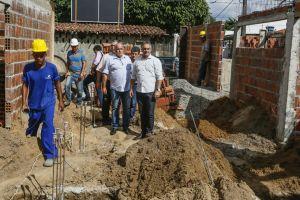 Luciano Cartaxo vistoria obras da construção da Casa Mãe Bebê que vai acolher mães e seus filhos