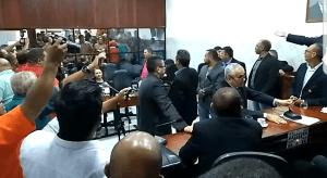 Em sessão marcada por muita confusão, vereadores afastam presidente da Câmara de Santa Rita