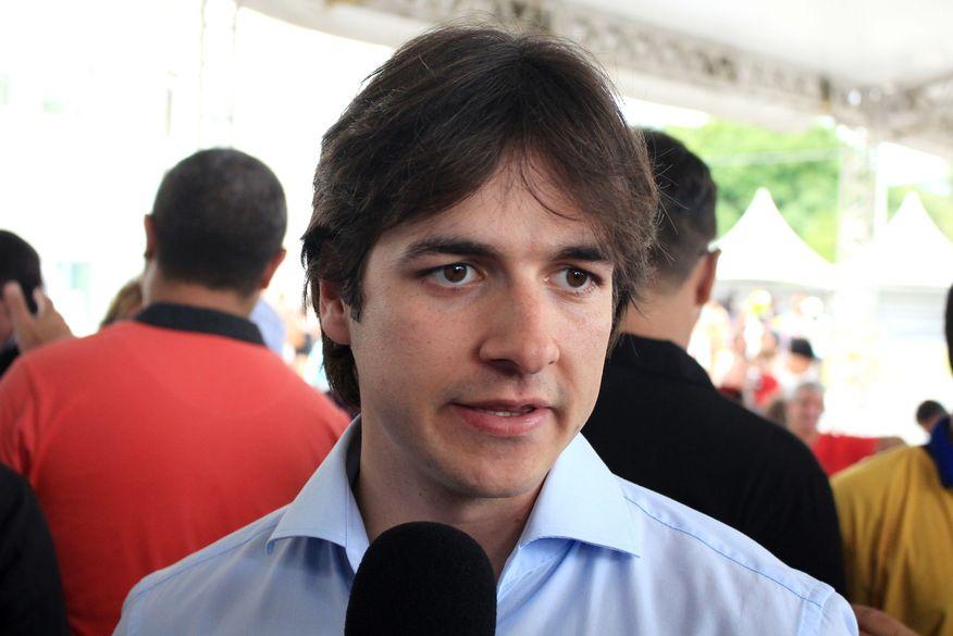 """Granja Santana: """"O Governador pede sacrifício, aumenta impostos, mas não faz a sua parte"""", diz Pedro"""