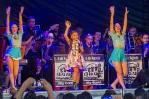 Cantora mirim Mariah Yohana leva multidão ao Parque da Lagoa em show de homenagem às mães