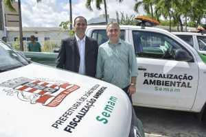 Luciano Cartaxo entrega novos veículos para fiscalização ambiental e plantio urbano