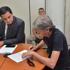 Roberto Santiago divide cela com outro preso e manda buscar ventilador