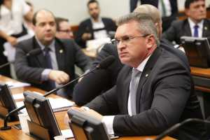 """""""O brasileiro precisa deixar de glamourizar o político corrupto de estimação"""", dispara Julian Lemos"""