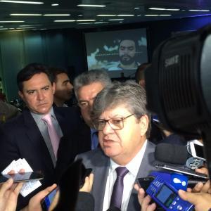 NINGUÉM SOLTA A MÃO DE NINGUÉM: João Azevêdo nega distanciamento de Ricardo Coutinho e diz que essa é vontade da oposição