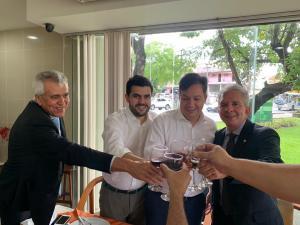 Durante almoço de confraternização, deputados comemoram a cura de Buba Germano