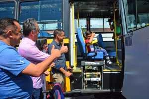 Cartaxo entrega 12 novos ônibus acessíveis e amplia capacidade da gestão de garantir o acesso à educação inclusiva às crianças de JP