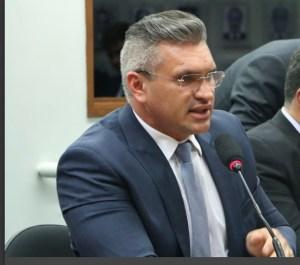 """Vídeo – Julian Lemos comenta relação com Luciano Bivar e enfatiza correção do presidente do PSL com Bolsonaro: """"Não aceito injustiça"""""""