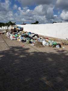 CAOS: Prefeitura de Bayeux atrasa salários de garis e cidade é tomada pelo lixo