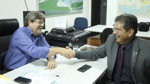 João Azevêdo e Adriano Galdino avançam no entendimento sobre emendas impositivas
