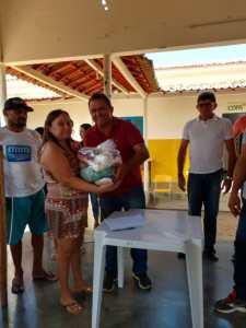 """Prefeitura de São José de Espinharas entrega alimentos arrecadados em feira de negócios: """"Mais dignidade e alegria para essas famílias"""" comemora prefeito Netto Gomes"""