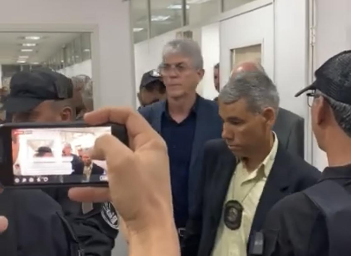 Ricardo Coutinho sendo encaminhado para audiência de custódia
