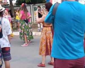 Márcia Lucena chama atenção ao participar do carnaval de Conde sem tornozeleira eletrônica