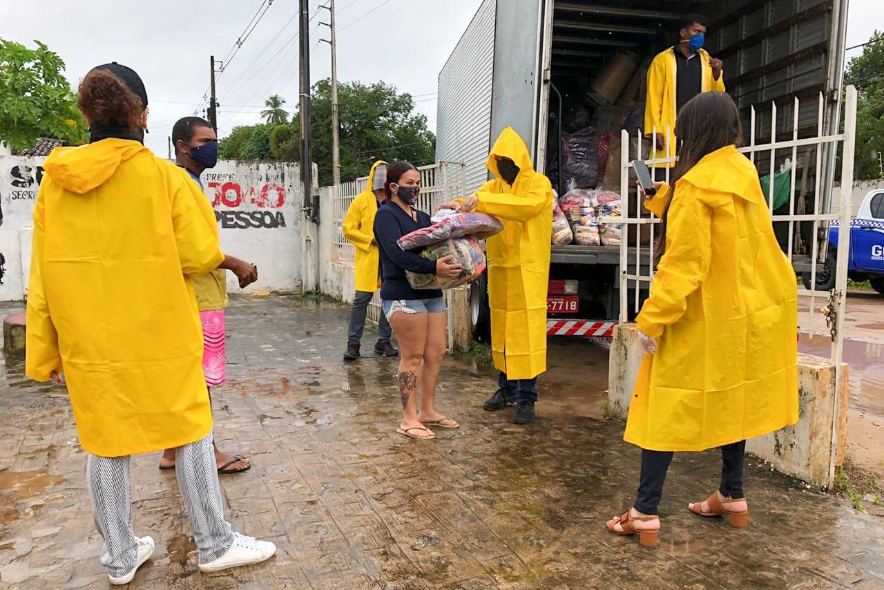 Prefeitura de JP distribui cestas nutricionais e cobertores para famílias atingidas pelas chuvas em Gramame e Colinas do Sul