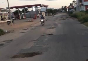 Descaso total: Em São Bento moradores fazem cota pra tapar buracos na principal avenida da cidade; veja imagens