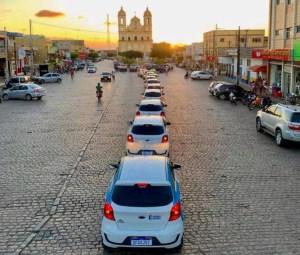 Prefeito Dedé Romão entrega dez novos veículos à população e reforça a frota em Pedras de Fogo