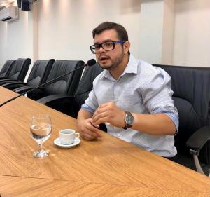 """""""Quem quer mudar, faz diferente! Na Câmara lutarei por melhorias para as pessoas com deficiência, jovens e todos pessoenses"""", garante o candidato Thiago Diniz"""