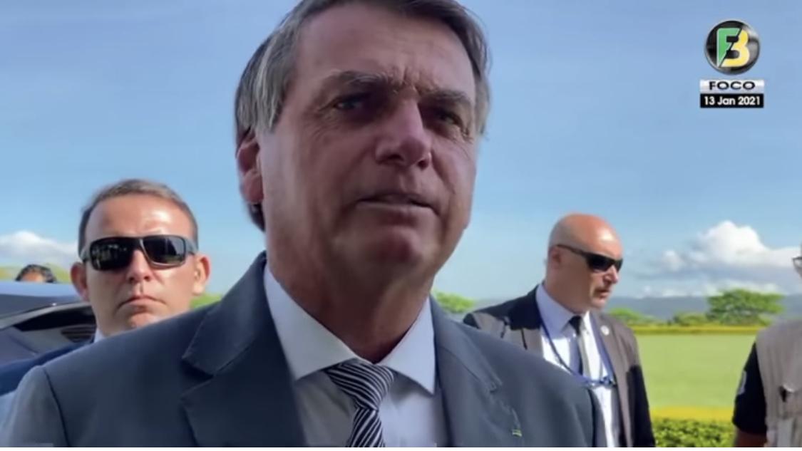 Bolsonaro diz que vacina é do Brasil, não de nenhum governador