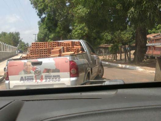 Veículos contratados pela Prefeitura serviram para fazer propaganda e para transportar matérias de construção aos eleitores que foram presenteados.
