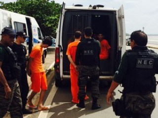 Transporte de presos (Imagem: Mieko Wada/ TV Mirante)