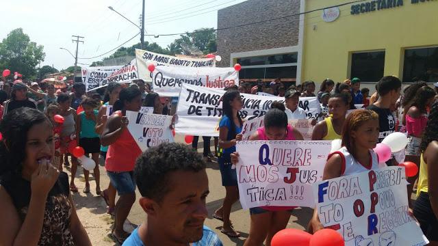 Populares tomaram as ruas do município repudiando denúncias de crimes