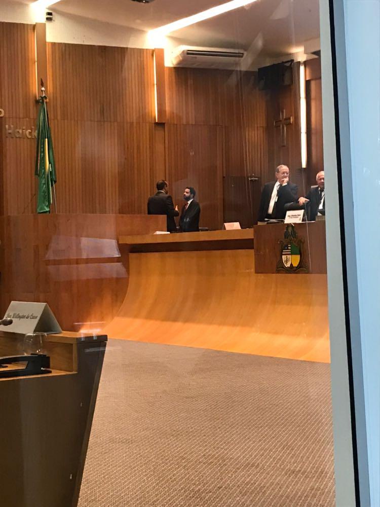 Roberto Costa é flagrado 'dando uma dura' em Edilázio na Assembleia