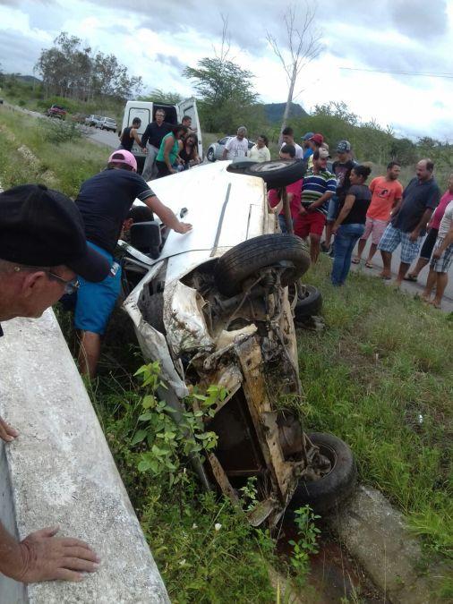 Veículo só parou após bater em mureta