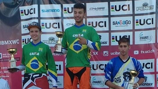 Matheus Henning (à esq) garantiu a segunda colocação no Panamericano de BMX (Foto: Reprodução / Facebook).