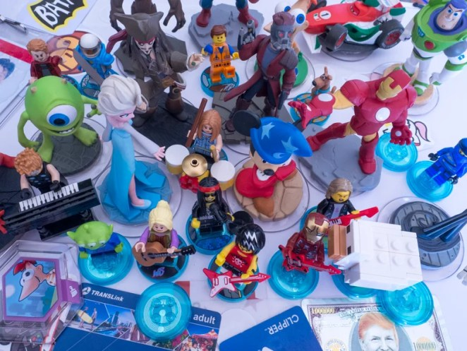 Mini figurines in the shape of various kids film charactera