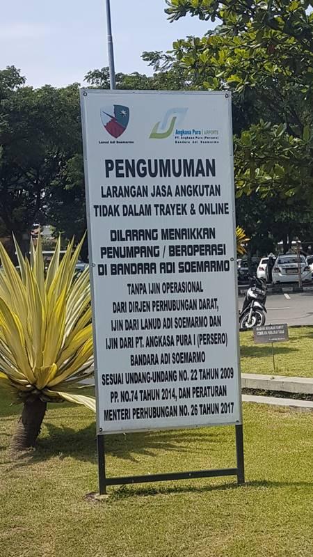 Papan informasi larangan taksi online menaikkan penumpang di Bandara Adi Soemarmo Solo