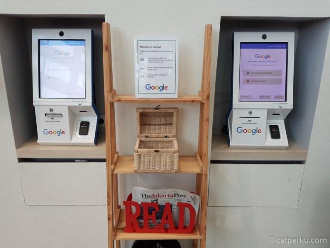 Mesin untuk print nametag pengunjung di Lobi Kantor Google Indonesia