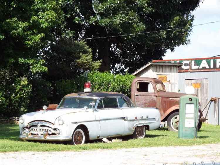 Classic car wrecks at the Gay Parita