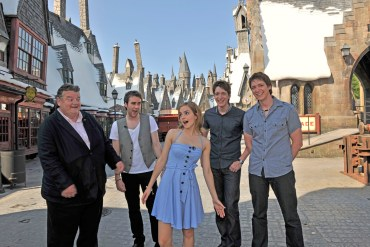 ACTUALIZADO: Emma, Matthew, Robbie y Gemelos Phelps Visitan el 'Parque Temático de Harry Potter'