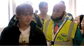 Primer Vistazo a Rupert Grint en la Comedia de la BBC 'Come Fly With Me'