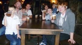 Videoclip: Rupert Grint Sorprende a Familia Británica en el 'Parque Temático de Harry Potter'