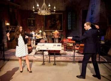 JKR, Realeza Británica, Bonnie Wright, y Matthew Lewis Visitan los Estudios de 'Harry Potter'