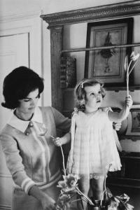 Jackie Kennedy and her two year old daughter Caroline Anno: 1960