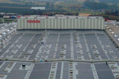 Toyota obiettivo zero emissioni, inaugurato il tetto a pannelli solari per il centro ricambi europeo 01