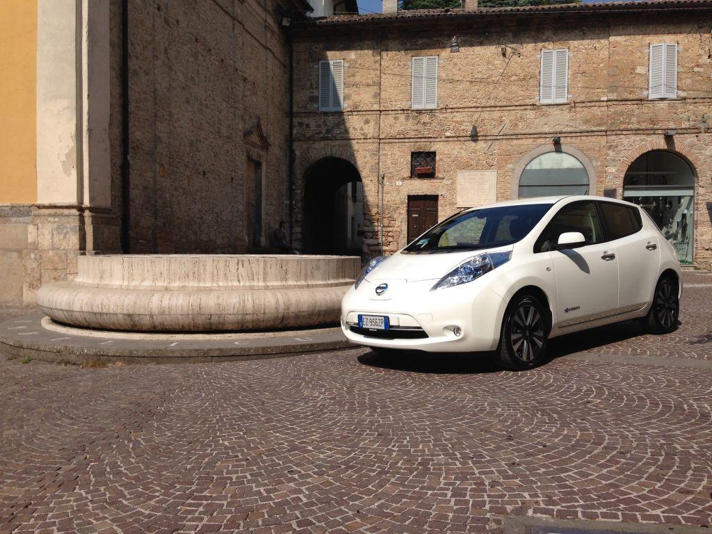 Da fuori a dentro la città Nissan LEAF 100 elettrica è l'auto ideale per percorsi urbani, così come per quelli extraurbani.