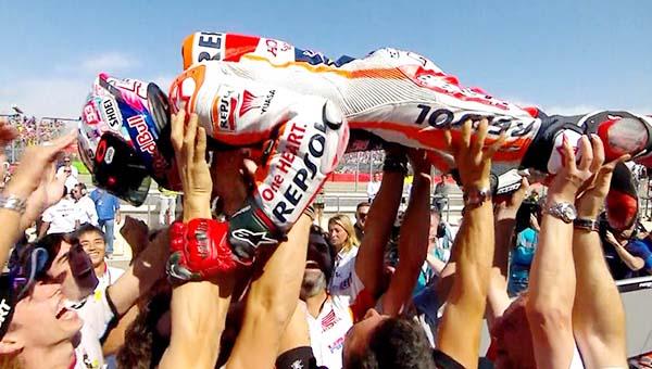 Marc Marquez selebrasi dengan tim di Aragon